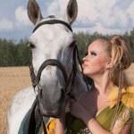 paard en butiful vrouw aangezicht tot aangezicht — Stockfoto