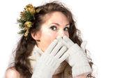 在冬天的衣服和头发的年轻美丽的女子肖像销孤立在白 — 图库照片