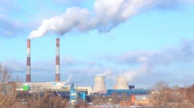 Palenie rury cieplnej elektrowni na błękitne niebo — Wideo stockowe