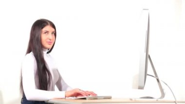 Businesswoman in office with desktop computer — Vídeo de Stock