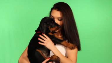 Brunette girl with her doberman puppy — ストックビデオ