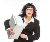 Retrato de mujer madura con la caja, con gafas, mirando c — Foto de Stock
