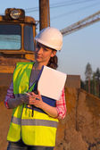 Woman working on construction site — Stockfoto