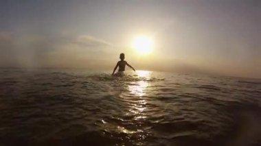 Kid splashing in the  sea — Stock Video