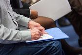 Haciendo notas en la conferencia, detalle. — Foto de Stock