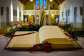 Ouvrir la bible dans l'église. gros plan — Photo