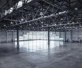 Interior de um armazém vazio — Foto Stock