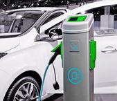 Plug-in elektrische auto wordt opgeladen. — Stockfoto