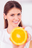 Hermosa chica con jugo de naranja — Foto de Stock
