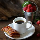 Strudel with raspberry and coffee — Stock Photo