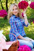 Young woman outdoors at picnic — Stock Photo