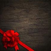 Arc rouge sur la texture du bois mur noir — Photo