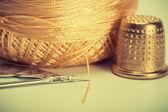 Needle, thread, thimble — 图库照片