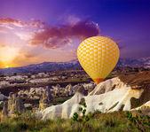 Hot air balloon flying — Stock Photo