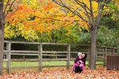 Hermosa madre e hija disfrutando en el parque otoño. — Foto de Stock