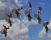 Stunt Biker. Free stile performing — Stock Photo
