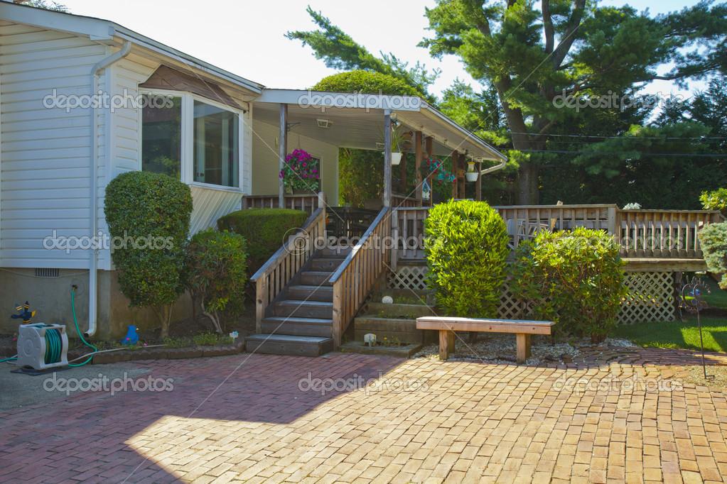 maison familiale de luxe avec am nagement paysager sur le devant et le ciel bleu o. Black Bedroom Furniture Sets. Home Design Ideas