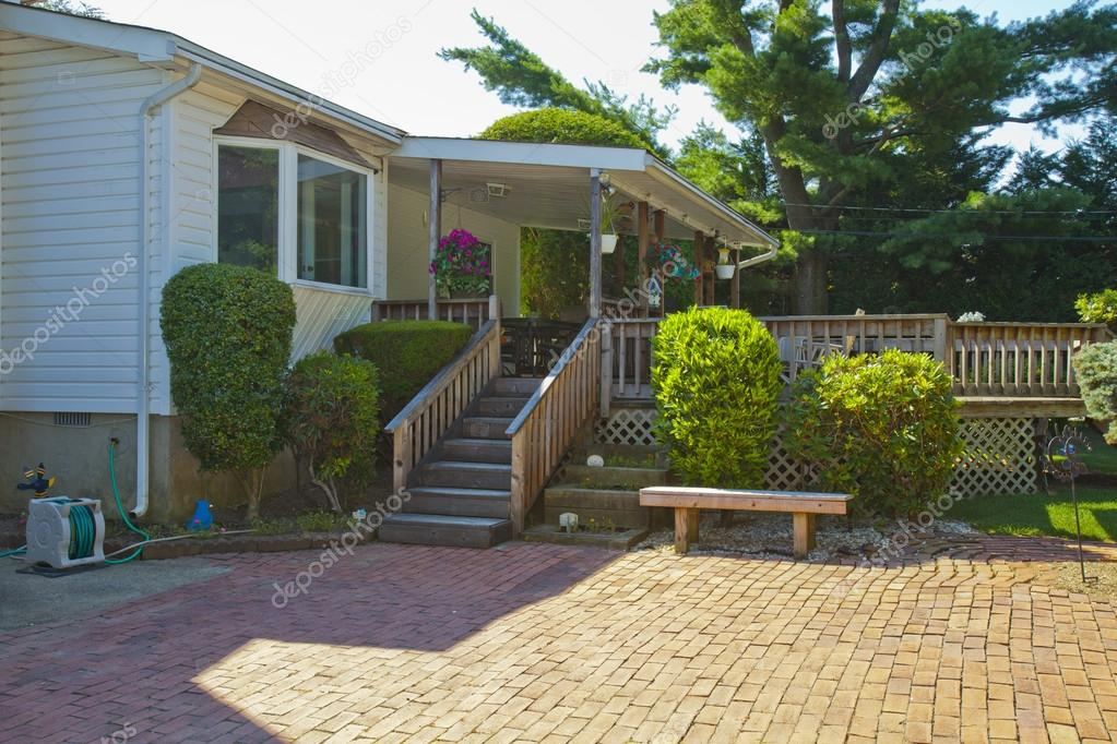 Maison Familiale De Luxe Avec Am Nagement Paysager Sur Le Devant Et Le Ciel Bleu O