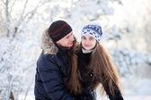 Pareja joven en el parque de invierno — Foto de Stock