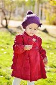 Babymeisje met paardebloem — Stockfoto
