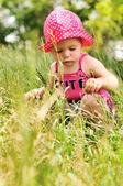 Dítě v trávě — Stock fotografie