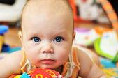 蓝眼睛的孩子与玩具 — 图库照片