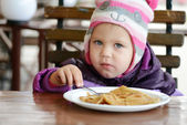Peuter meisje pannenkoeken eten — Stockfoto