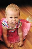 Kız bebek yüz yapmak — Stok fotoğraf