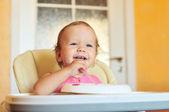 Rindo comendo menina — Fotografia Stock