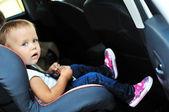Jolie fille en siège-auto — Photo