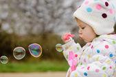 Dívka s mýdlové bubliny — Stock fotografie