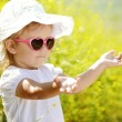 Toddler girl enjoying summer light — Stock fotografie