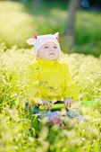 Baby auf der wiese — Stockfoto