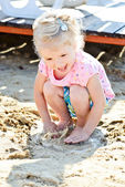 Kleinkind mädchen und pfütze — Stockfoto