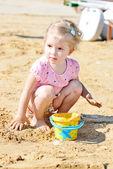 沙子的小女孩 — 图库照片