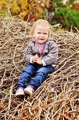 Toddler dziewczynka siedzi na drewno — Zdjęcie stockowe