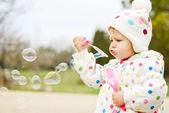 Bambino carino con bolle di sapone — Foto Stock