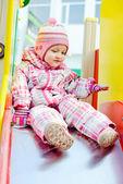 Kleinkind Mädchen auf dem Spielplatz — Stockfoto