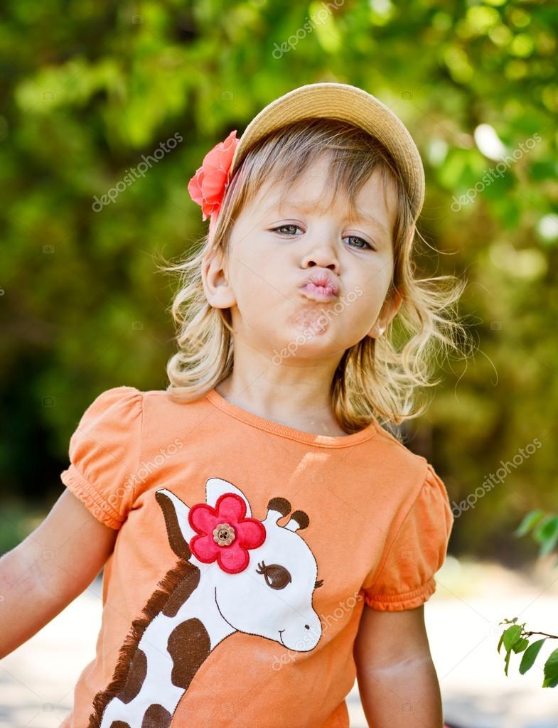 可爱的小孩女孩扮鬼脸