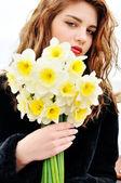 Teen girl with daffodils — Stock Photo