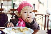 Chica de la cafetería al aire libre — Foto de Stock