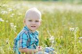 мальчик в зеленой траве — Стоковое фото