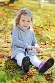 малыш девушки в осенний парк — Стоковое фото