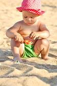 Baby am strand — Stockfoto