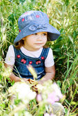 Toddler in the green grass — Foto de Stock