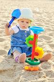 Baby in zand — Stockfoto