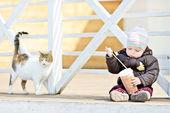 Erkek bebek ve kedi — Stok fotoğraf