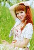 フィールドで赤毛の女の子 — ストック写真