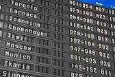 Tablero de información de vuelo en el aeropuerto — Foto de Stock