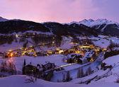 Dağlarda kayak merkezi sölden avusturya gün batımında — Stok fotoğraf
